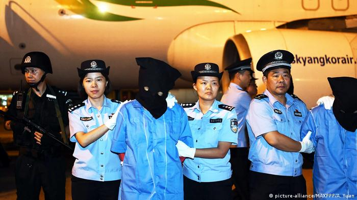 China Chengdu Verhaftung Telefon Betrüger (picture-alliance/MAXPPP/A. Yuan)