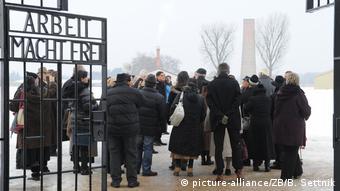 Родственники жертв нацизма посещают концлагерь Заксенхаузен