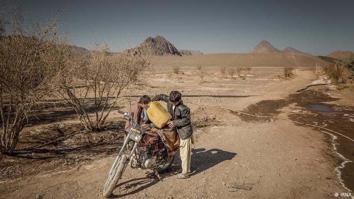 در بسیاری از روستاهای استان سیستان و بلوچستان مردم برای تهیه آب آشامیدنی نیز با مشکل روبرو هستند