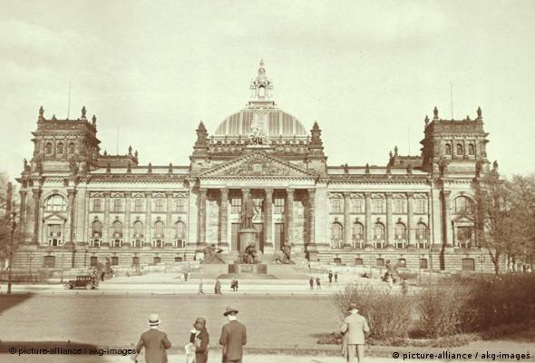Рейхстаг, 1928 год. Перед зданием - памятник ''железному канцлеру'' Отто фон Бисмарку