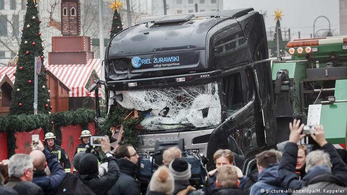 Noel pazarı katliamı gözyaşlarıyla anıldı