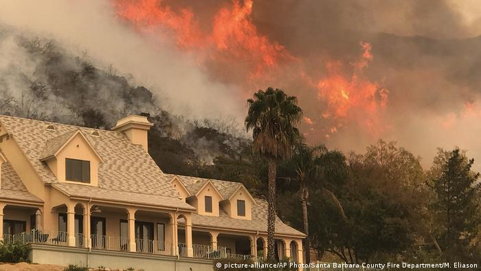 Fire in the mountains behind a house in Santa Barbara (picture-alliance/AP Photo/Santa Barbara County Fire Department/M. Eliason)