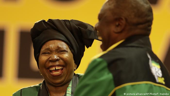 Nkosazana Dlamini-Zuma e Cyril Ramaphosa no arranque do congresso do ANC