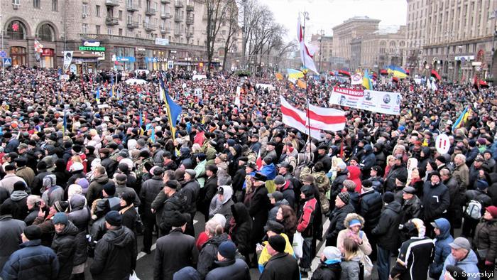 На Марші за імпічмент домінували національні прапори України та червоно-чорні стяги