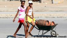 Angola Straßenszene Altag Mädchen mit Gasbehältern in Benguela