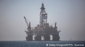 Ölbohrplattform aus Angola zu Instandsetzungsarbeiten in Walvis Bay in Namibia (Getty Images/AFP/G. Guercia)