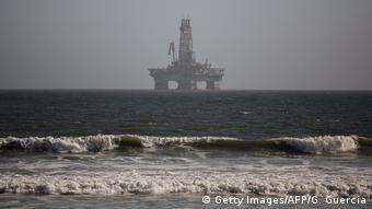 Ölbohrplattform aus Angola zu Instandsetzungsarbeiten in Walvis Bay in Namibia