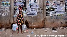 Angola Frau mit Einkaufstüten in Luanda
