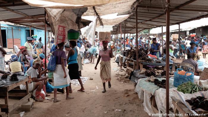 Angola Markt in Luanda (picture-alliance/dpa/J. de Raeymaeker)