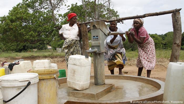 Mosambik Wasserversorgung in Bilene (picture-alliance/Photoshot/L. Xiaopeng)