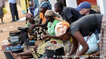 Mosambik Straßenhändler in Inhambane (picture-alliance/ZB/B. Pedersen)