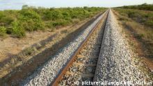 View along the railway line running between Maputo and Zimbabwe through the Mozambican province of Gaza. | Verwendung weltweit, Keine Weitergabe an Wiederverkäufer.