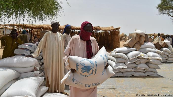 Un homme porte un sac de vivres destinés à des réfugiés des violences de Boko Haram (Archives - Diffa, 16.06.2016)
