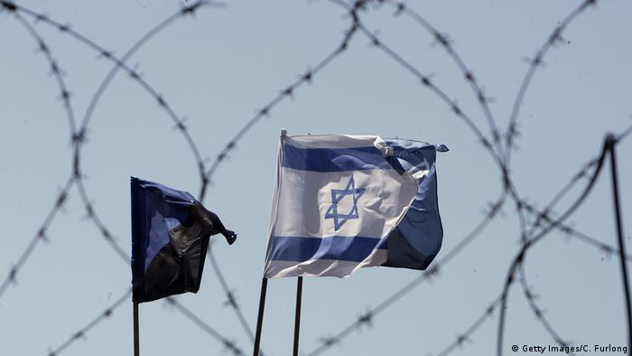 Israel Fahne vor Zaun (Getty Images/C. Furlong)