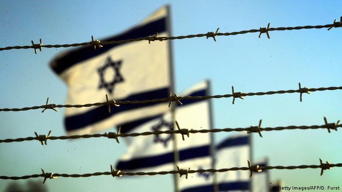 Israel Fahne vor Zaun