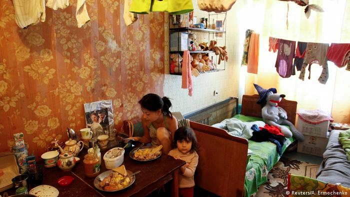 Мама и дочка за столом в комнате в общежитии