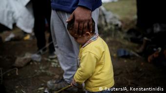 Οι ελληνικές αρχές δεν φρόντισαν να μεταφέρουν εγκαίρως τις ευάλωτες ομάδες στην ηπειρωτική χώρα αναφέρει το HRW