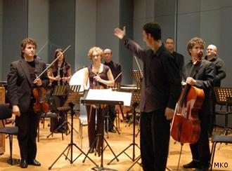 Dirigent und Musiker des Mitteleuropäischen Kammerorchesters stehen auf einer Bühne (Foto: Mitteleuropäisches Kammerorchester)