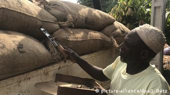 En Côte d'Ivoire, les cultivateurs de cacao auraient besoin d'un revenu moyen de 2,51 dollars par jour pour vivre convenablement
