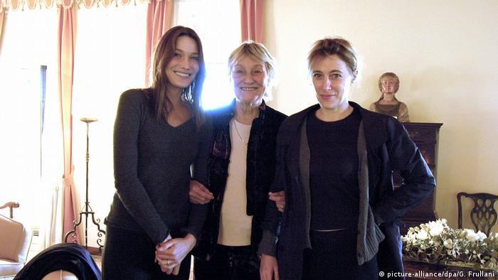 С матерью и сестрой (2009)