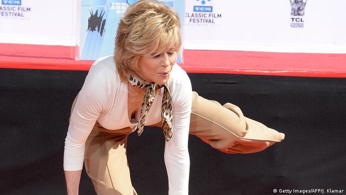 Jane Fonda does an aerobic move (Getty Images/AFP/J. Klamar)