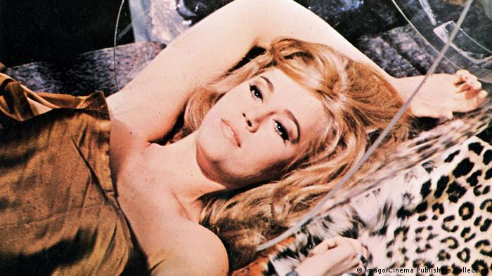 Jane Fonda als Barbarella auf einem Leopardenfell liegend (Imago/Cinema Publishers Collection)