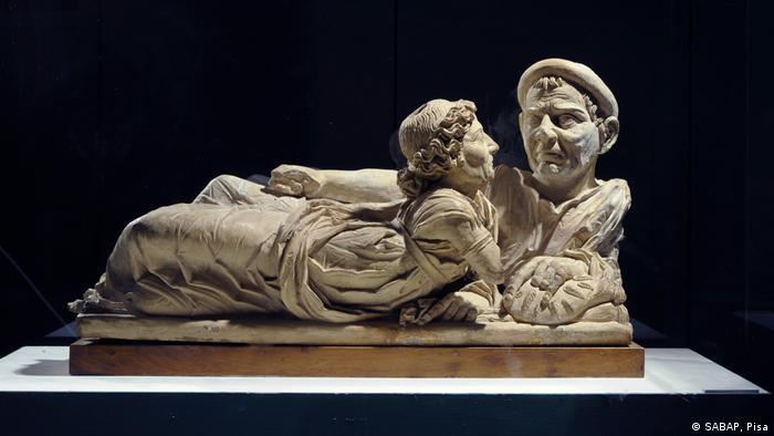 Крышка, которой закрывали саркофаг или урну с пеплом умершего этруска (конец III века до н. э.)