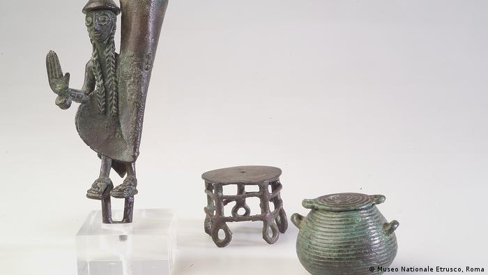 Бронзовые миниатюрные изделия этруски импортировали из Сардинии.
