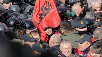Albanien, Unterstützer der Oppositionspartei konfrontieren die Polizei bei einem Protest gegen die Wahl des neuen Staatsanwalts vor dem Parlament in Tirana (Reuters/F.Goga)