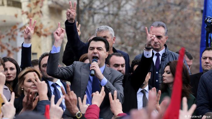 Albanien, Der albanische Oppositionsführer der Demokratischen Partei, Lulzim Basha (C), spricht mit seinen Unterstützern während einer Protestkundgebung gegen die Wahl des neuen Staatsanwalts vor dem Parlament in Tirana