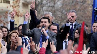 Albanien, Der albanische Oppositionsführer der Demokratischen Partei, Lulzim Basha (C), spricht mit seinen Unterstützern während einer Protestkundgebung gegen die Wahl des neuen Staatsanwalts vor dem Parlament in Tirana (Reuters/F.Goga)