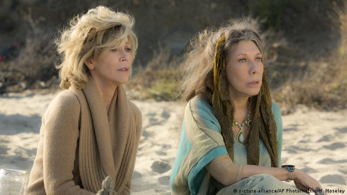USA Jane Fonda und Lily Tomlin in der Netflix-Serie Grace and Frankie (picture-alliance/AP Photo/Netflix/M. Moseley)