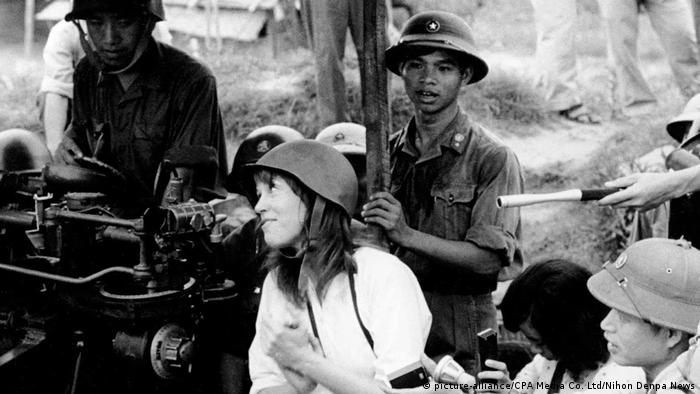 In Vietnam Jane Fonda sits on an anti-aircraft gun (picture-alliance/CPA Media Co. Ltd/Nihon Denpa News)