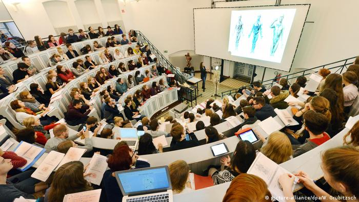 Anatomy lecture at the Martin-Luther-Universität of Halle-Wittenberg (picture-alliance/dpa/W. Grubitzsch)