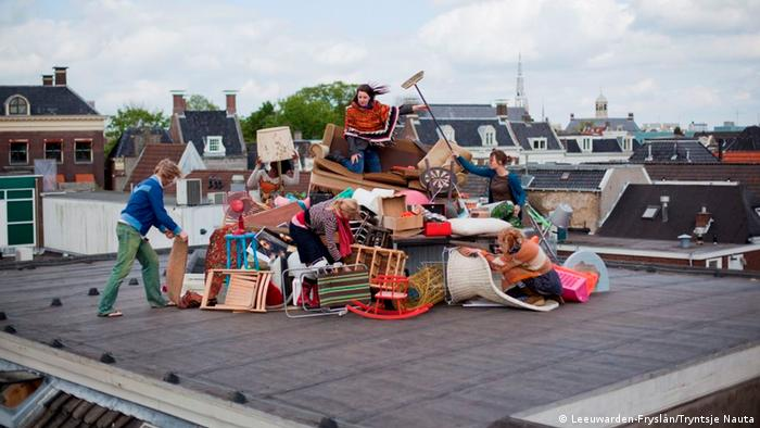Children playing on a pile of colorful junk on a rooftop in Leeuwarden (Leeuwarden-Fryslân/Tryntsje Nauta)