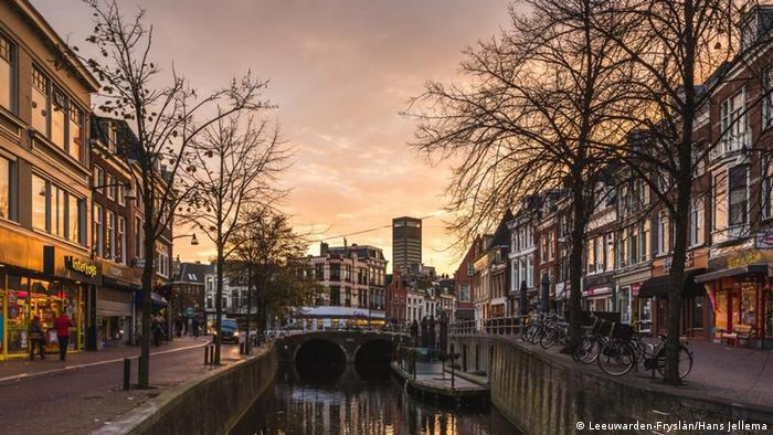 View of a city street and canal in Leeuwarden at sunset (Leeuwarden-Fryslân/Hans Jellema)
