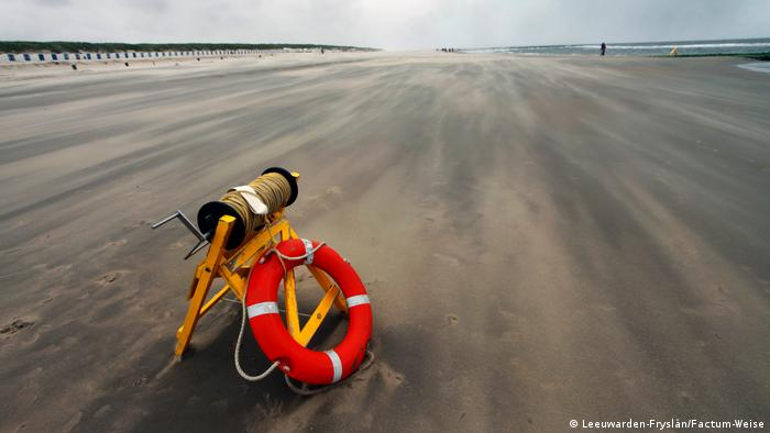 View of the Wadden Sea, with a red lifesaver on a yellow frame in the foreground (Leeuwarden-Fryslân/Factum-Weise)