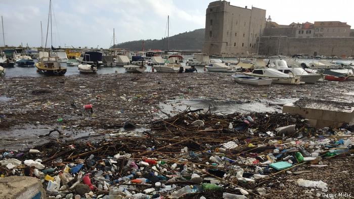 Kroatien Müll im Hafen und am Strand von Dubrovnik