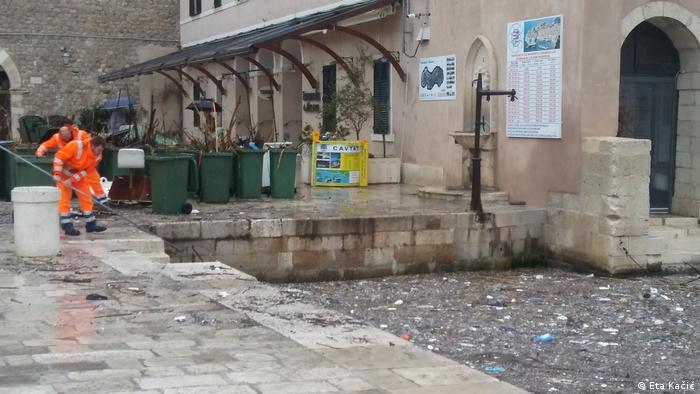 Zaposlenici gradske čistoće čiste otpad iz mora.
