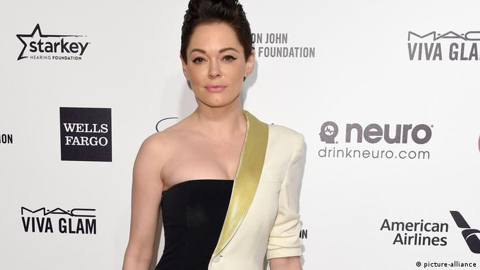 Actress Rose McGowan stands in front of an advertizing wall (picture-alliance)