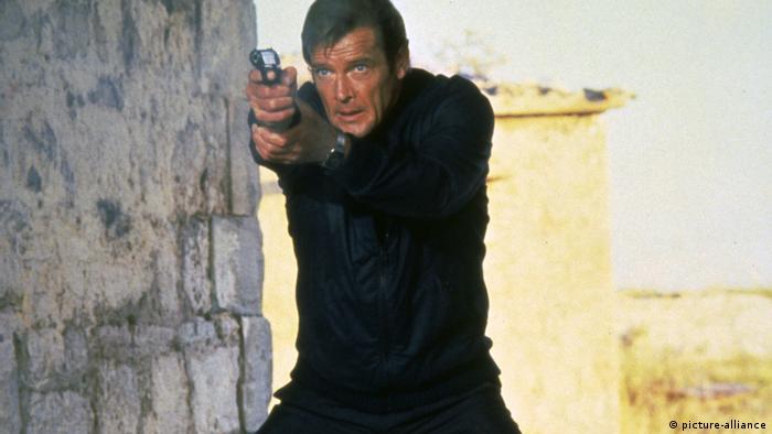 راجر مور، ستاره مشهور سینما و یکی از ایفاگران نقش جیمز باند، مأمور ۰۰۷ در سن ۸۹ سالگی بر اثر ابتلا به سرطان درگذشت. مور از ۱۹۹۱ تا پایان عمرش به عنوان نماینده ویژه یونیسف فعالیت کرد. او در فاصله سالهای ۱۹۷۳ تا ۱۹۸۵ به عنوان سومین بازیگر نقش جیمز باند وارد صحنه شد و در شش فیلم از این مجموعه از جمله مردی با تپانچه طلایی ونمایی از یک قتل نیز نقشآفرینی کرد.