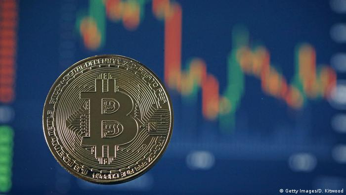 Symbolbild Bitcoin rutscht ab (Getty Images/D. Kitwood)