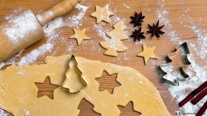 چند هفته مانده به کریسمس بازار شیرینیپزی داغ است؛ آشپزخانه مادرها و مادربزرگهای آلمانی پر است از دستور پخت شیرینیها و بیسکویتهایی که یا نسل به نسل به آنها رسیده یا با تجربه و آزمون و خطا تغییرش دادهاند. پیشترها این شیرینیها تنها برای خوردن پخته نمیشدند، از آنها برای تزیین خانه هم بهره میگرفتند. برای نمونه درخت کریسمس را با شمع و مجسمههای کوچک و بیسکویتی ویژه این روزها تزیین میکردند.