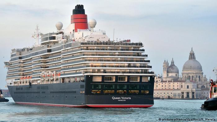 Italien Luxus-Kreuzfahrtschiff Queen Victoria (picture-alliance/dpa/Ansa/A. Merola)