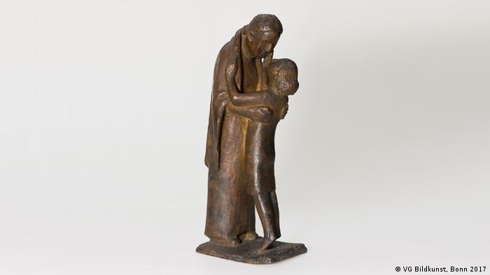 Немецкий скульптор Герхард Маркс (Gerhard Marcks) изобразил счастливую встречу бабушки и ее внука в бронзовой пластике 1944 года.