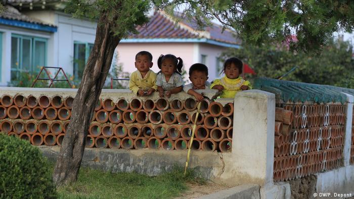 Nordkorea - Kinder in der Nähe eines Bauernhofs auf Genossenschaftsbasis in Hamhŭng (DW/P. Depont)