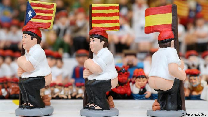 Сатиричні фігурки з різними прапорами (іспанським, каталонським та руху за незалежність регіону)