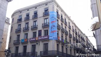 A big banner supporting the release of Catalan civil society leaders on Barcelona streets (Anna Gumbau)