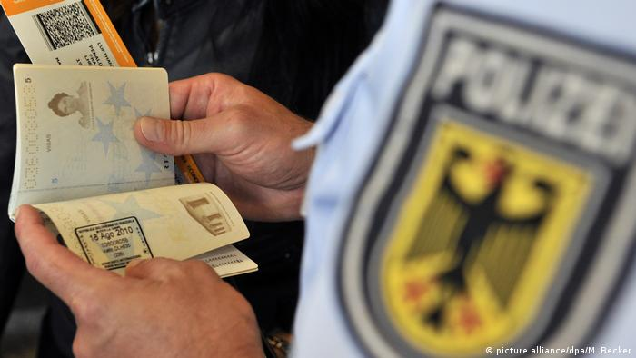 Заграпаспорт в руках у полицейского