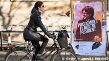 20.12.2017 *** BARCELONA, SPAIN - DECEMBER 20: A member of the public cycles past an election poster for the forthcoming Catalan regional election showing the deposed Catalan president Carles Puigdemont on December 19, 2017 in Barcelona, Spain. Catalonians will head to the polls tomorrow, in an election set to replace or re-elect the deposed separatist leaders whose secession bid plunged Spain into its worst political crisis in decades. (Photo by Jeff J Mitchell/Getty Images) Optimiert für mobile Angebote